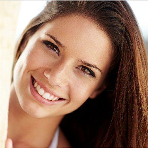 Lachende Frau, schöne, gesunde Zähne